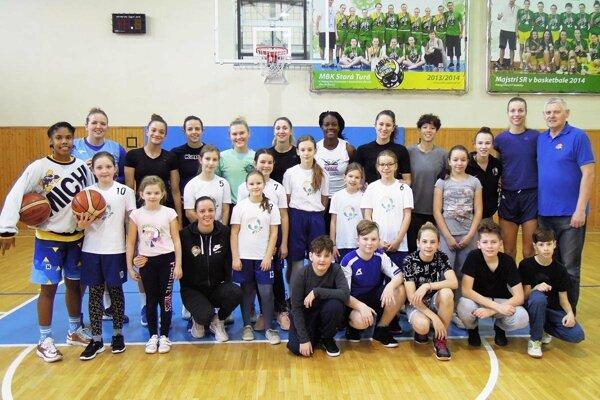 Dievčatá achlapci zbasketbalového krúžku vo Vrábľoch sa odfotili shráčkami Piešťanských Čajok.