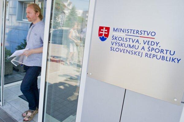 Na snímke prezident Slovenskej komory učiteľov Vladimír Crmoman vychádza z budovy Ministerstva školstva.