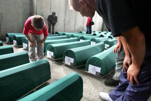 Prípravy pohrebu identifikovaných obetí v bosnianskej Srebrenici.