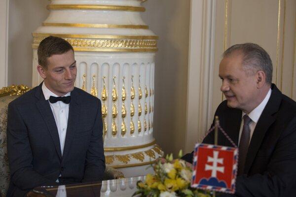 Na snímke zľava halový majster Európy v behu na 60 metrov Ján Volko počas prijatia u prezidenta SR Andreja Kisku v Prezidentskom paláci v Bratislave 13. marca 2019.
