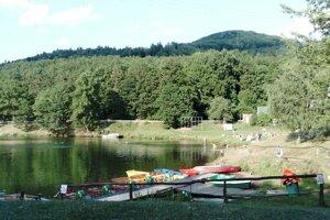Kúsok od jazera bude areál, v ktorom budú prenajímať vybavené stany.
