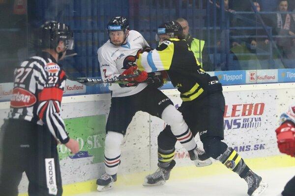 Na snímke zľava Branislav Kubka (Banská Bystrica) a Michal Murček (Detva) počas druhého zápasu štvrťfinále play-off Tipsport ligy v hokeji HC 07 Detva - HC'05 iClinic Banská Bystrica v Detve 13. marca 2019.