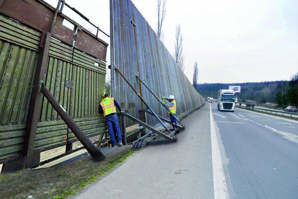 Výstavba plota prebieha za plnej premávky.