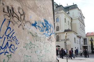 Košice majú unikátne historické centrum, špatia ho však vandalské nápisy.