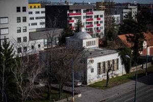 V blízkosti sa nachádza bývalá obecná radnica vo vunkcionalistickom štýle.