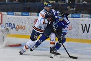 Na snímke vpravo Lukáš Paukovček (Poprad) a Martin Dudáš (Košice) počas tretieho štvrťfinále play off hokejovej Tipsport ligy HK Poprad - HC Košice v Poprade 15. marca 2019.
