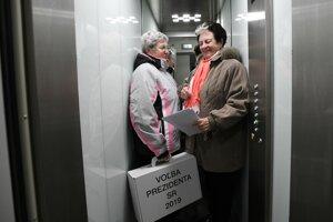 Členky volebnej komisie s prenosnou volebnou urnou vo výťahu na ulici Lipovej v Starej Turej.