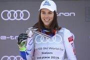 Petra Vlhová s medailou za celkové druhé miesto v hodnotení slalomu.