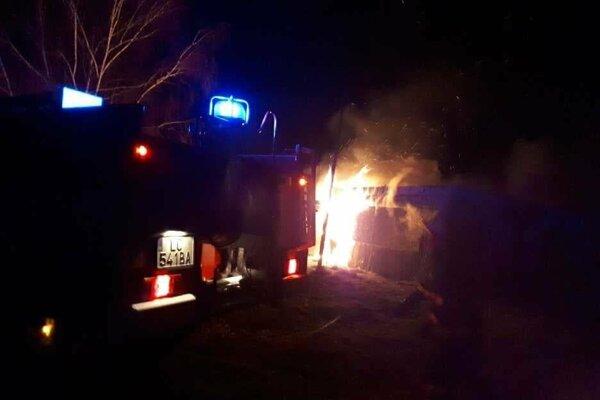 Hasiči zasahujú pri požiari unimobuniek.