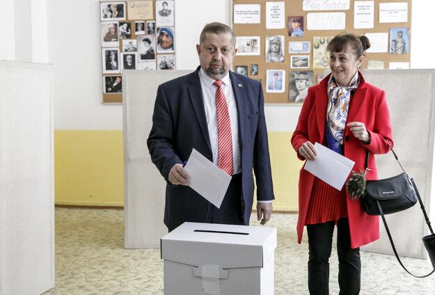 Štefan Harabin odvolil v Bratislave spolu s manželkou Gabrielou.