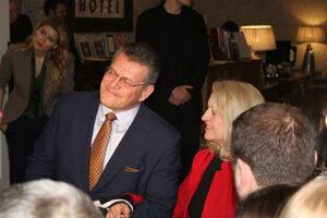 Šefčovič dorazil s manželkou Helenou. Volebnú noc chce tráviť s blízkymi, politické špičky neočakáva.
