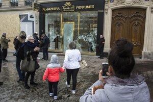 Demonštranti rabovali obchody, rozbíjali výklady, podpaľovali autá a ničili reštaurácie.