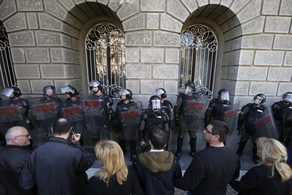 Pred prezidentskou budovou sa zišli tisícky opozičných demonštrantov.