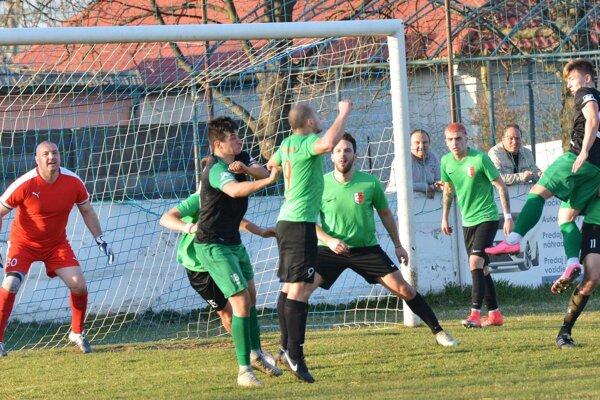 Dolné Saliby (v zelených tričkách) siahali v Nedede na víťazstvo, nakoniec si odniesli bod.