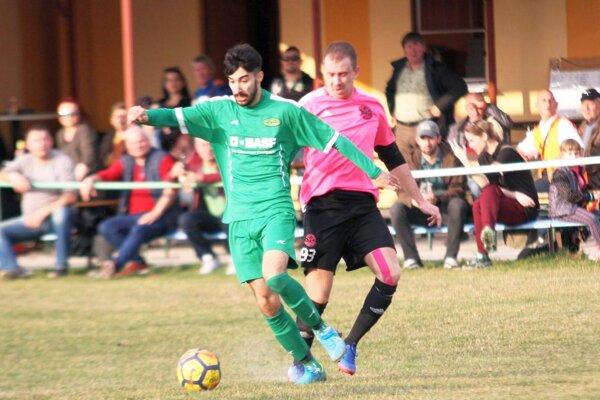 Peter Zaujec (v zelenom) pomohol ako striedajúci hráč Čechynciam dvoma gólmi k výhre nad súperom zo Šale.