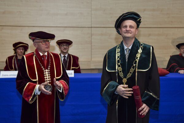 Na snímke sprava novozvolený dekan Fakulty podnikového manažmentu Ekonomickej univerzity v Bratislave Peter Markovič a rektor Ekonomickej univerzity v Bratislave Ferdinand Daňo počas slávnostnej inaugurácie v Bratislave 19. marca 2019.