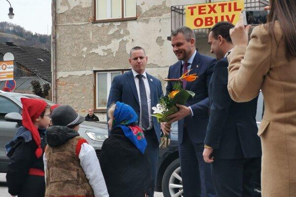 Malí folkloristi vítali predsedu vlády.