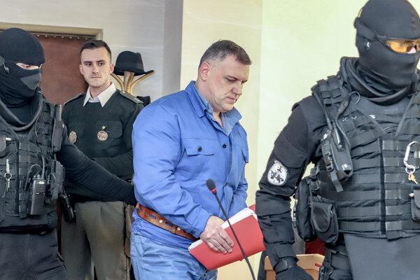 Na snímke je obvinený Mikuláš Č. prichádza do súdnej siene v budove Okresného súdu v Banskej Bystrici pred začiatkom pojednávania vraždy Poliaka Grzegorza Szymaneka.