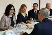 Ministreky Lubyová a Saková na rokovaní so starostami o richnavskej škole.
