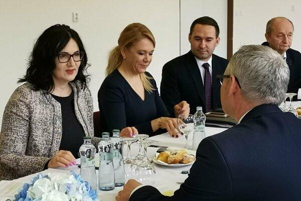 Ministerky Lubyová a Saková na rokovaní so starostami o richnavskej škole.