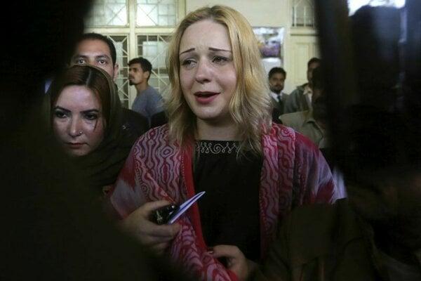 Češka Tereza Hlůšková plače počas odchodu zo súdu v pakistanskom Lahore.