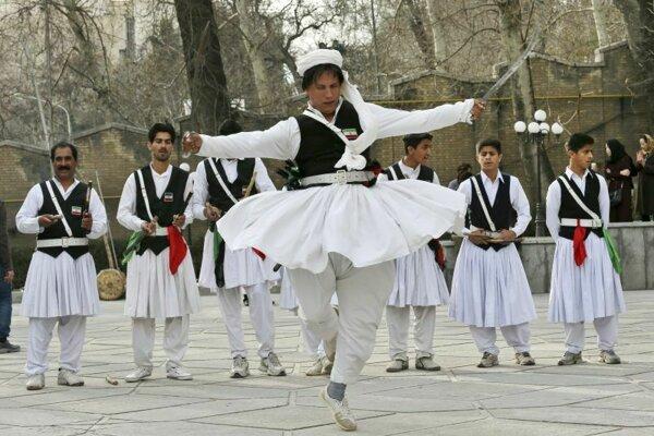 Miestny tanečník z provincie juhovýchode Iránu odetí v tradičnom odeve tancuje pred blížiacim sa začiatkom osláv perzského Nového roku - Novrúzu.
