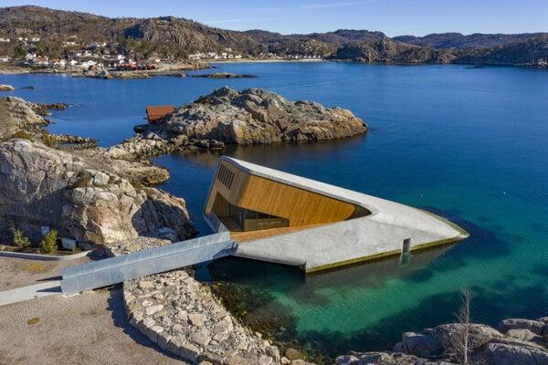 Vstup do reštaurácie Under na nórskom pobreží.