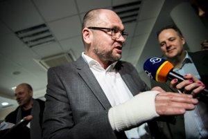 Richard Sulík so zranenou rukou