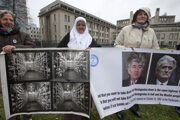 Matky obetí srebrebnickej masakry ukazujú v Haagu fotografie exhumovaných tiel a Radovana Karadžiča.