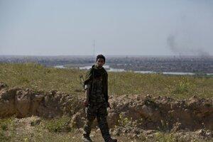 Vojak SDF sa prechádza po pohorí nad dedinou Baghúz.