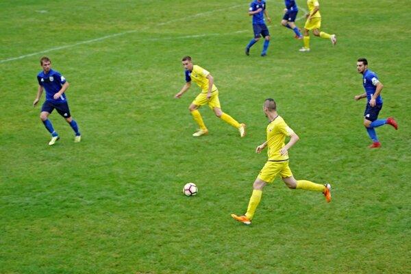Futbalisti Kováčovej (v žltom) v jesennom súboji s Č. Balogom.