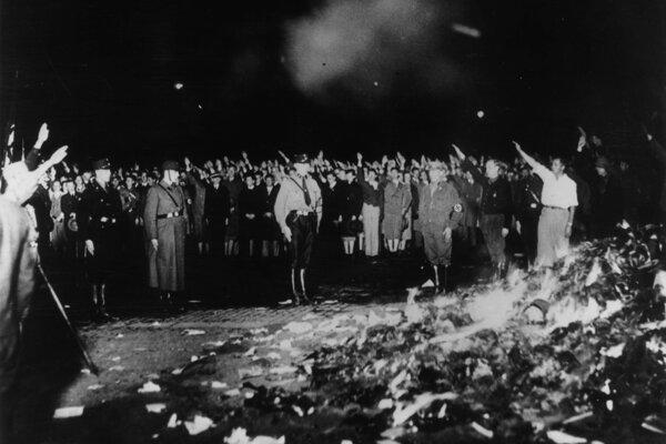 V noci z 9. na 10. mája 1933 vyvrcholila kampaň proti nenemeckému duchu v kultúre. Študenti pod dohľadom Goebbelsovho ministerstva propagandy spálili v Berlíne asi 20-tisíc kníh.