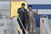 Čínsky prezident Si Ťin-pching a jeho manželka Peng Liyuan mávajú pri vystupovaní z lietadla na rímskom letisku Leonarda Da Vinciho vo Fiumicine pri Ríme.