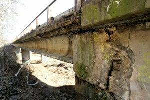 Vyťažený most je v havarijnom stave.