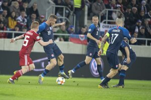 Juraj Kucka pri lopte v zápase Slovensko - Maďarsko v kvalifikácii na ME vo futbale 2020.