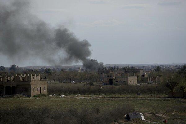 Dym stúpajúci po ziasiahnutí cieľa v Baghúze.