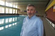Miloš Dovičovič pri bazéne, z ktorého unikala voda cez trhlinu v potrubí.