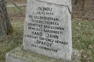 Na snímke pomník v obci Kladzany vo Vranovskom okrese venovaný nemeckému vojakovi Hansovi Jahnovi, ktorý v druhej svetovej vojne bojoval proti svojim
