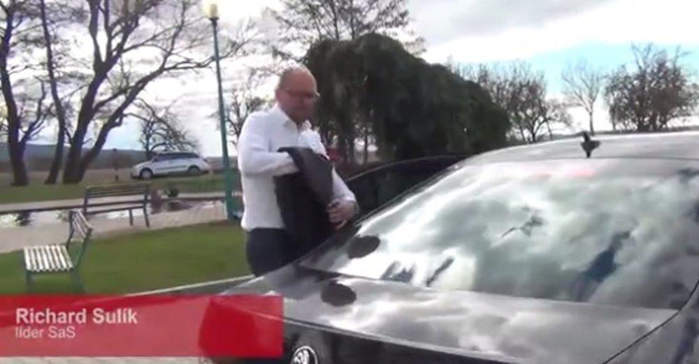 Richard Sulík nastupuje do auta Bélu Bugára.