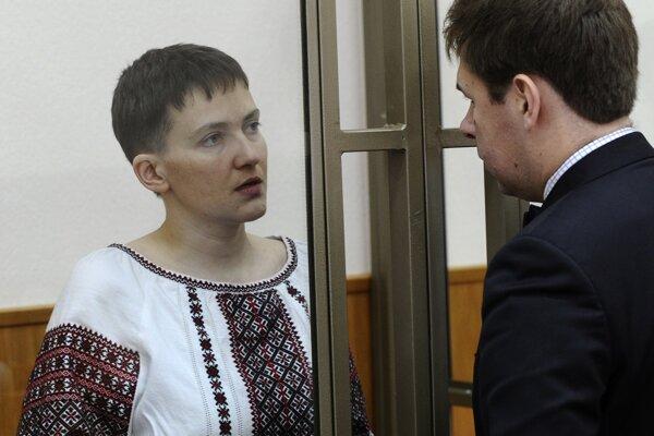 Savčenkovú vinia z toho, že naviedla mínometné strely na skupinu civilistov, medzi ktorými bola aj trojica ruských občanov.