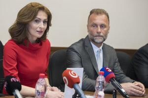 Na snímke vľavo ministerka zdravotníctva SR Andrea Kalavská a vpravo generálny riaditeľ Národného ústavu detských chorôb Ladislav Kužela.