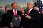 Donald Trump pózuje s dekrétom po boku izraelského premiére Netanjahua.