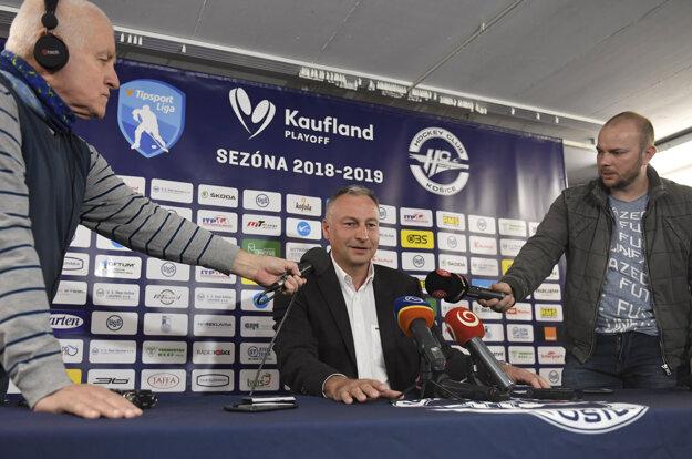 Na snímke v strede prezident HC Košice Július Lang počas tlačovej konferencie.