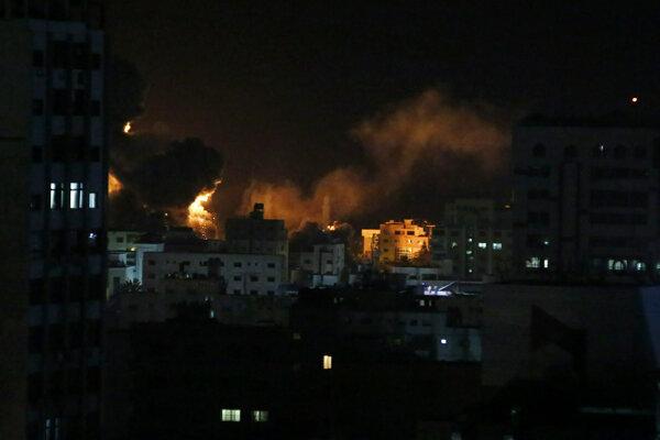 Boje medzi Izraelom a Hamasom neutíchli ani v noci.