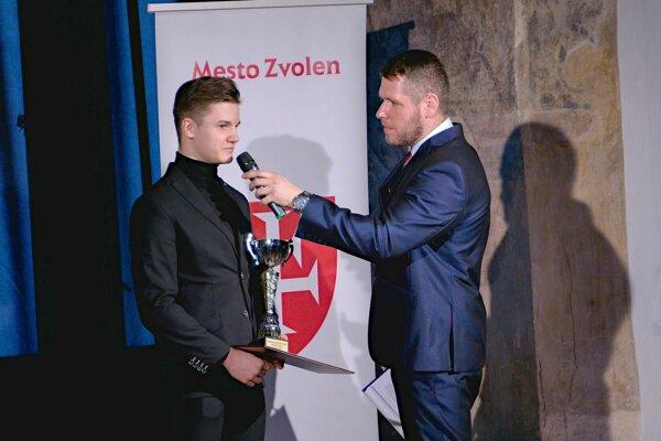 Pavol Szolár (vľavo) s moderátorom Martinom Matuškom počas galavečera o najúspešnejších športovcov Zvolena za rok 2018.
