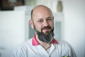 Prof. MUDr. Tibor Hlavatý, PhD. pracuje ako gastroenterológ v Univerzitnej nemocnici v Bratislave a je odborným garantom súkromného Gastroenterologického centra Ružinov. Pôsobil v Belgicku a Nemecku, po návrate na Slovensko založil IBD centrum, kde stará o pacientov s Crohnovou chorobou a ulceróznou kolitídou. Je autorom a spoluautorom viac ako 60 vedeckých prác o črevných zápalových ochoreniach a v Slovenskej gastroenterologickej spoločnosti zastáva funkciu vedeckého sekretára.