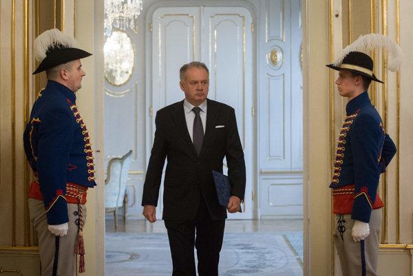 Prezident Kiska prichádza na prejav o voľbách.