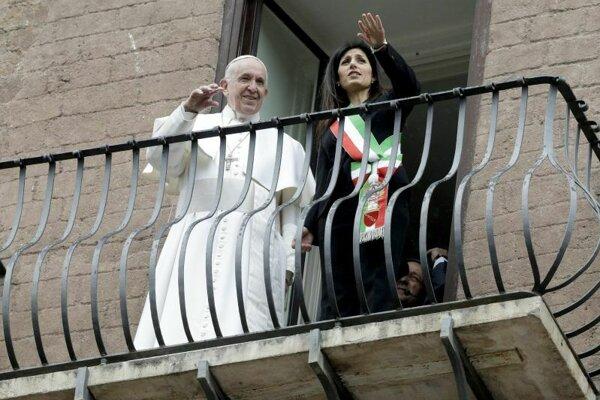 Pápež František a starostka Ríma Virginia Raggiová zdravia obyvateľov z budovy Forum Romanum.