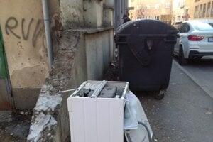 Elektroodpad na ulici.