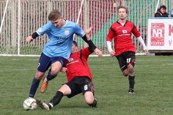 V modrom drese mladý stredopoliar ČFK Marek Hrnčár.